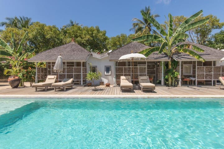 PROMO! Bungalow w/ direct pool access Gili Meno
