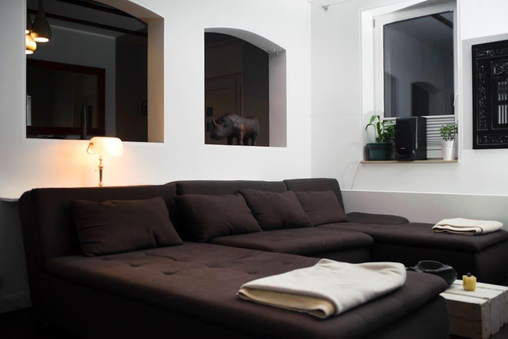 großzügige Couchlandschaft im Wohnzimmer