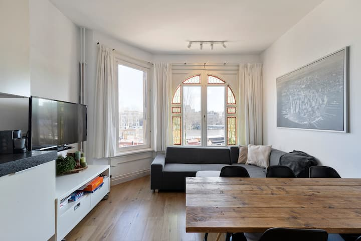 Cosy family house with a view over the Amstel!
