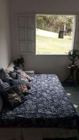 Sala com cama de casal.