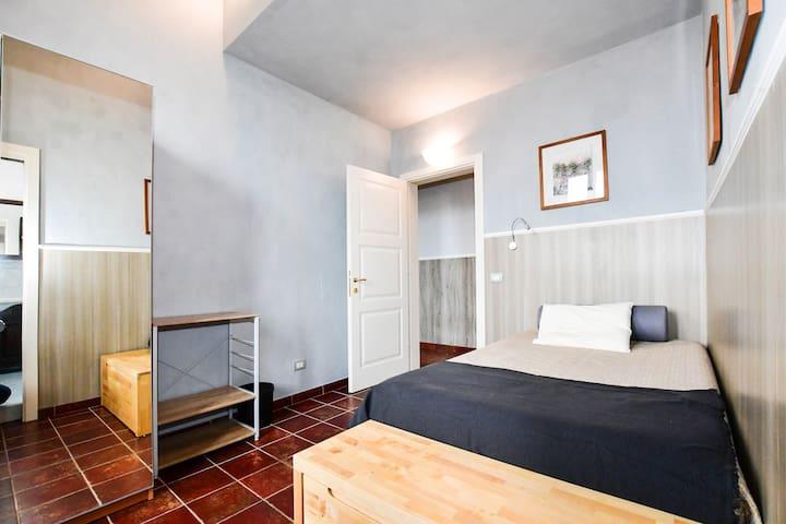 Stanza con bagno privato vicino a Porta Camollia