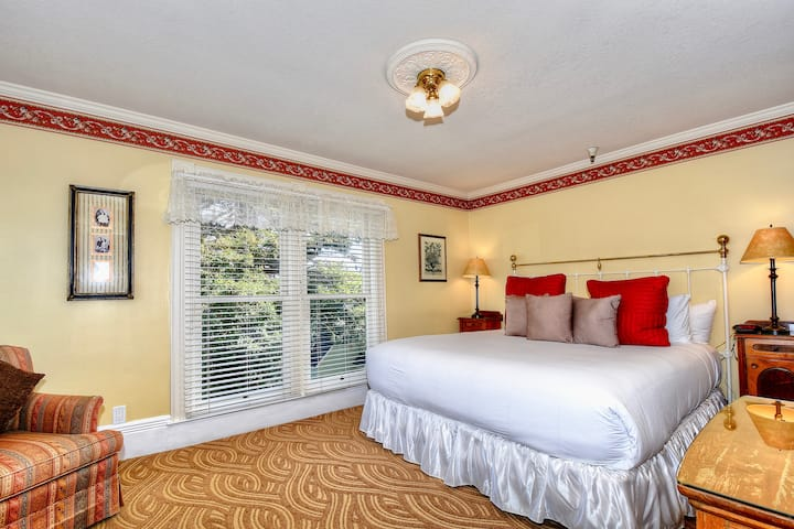 King Suite with partial horizon ocean view
