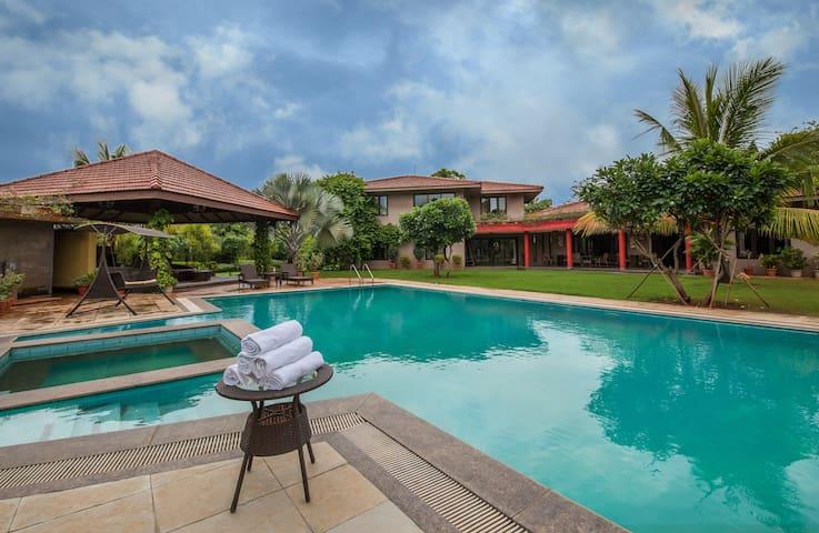 Moksh, Modern Villa w a Huge pool & Waterfall