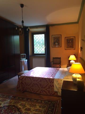Camera da letto matrimoniale. Spaziosa camera da letto