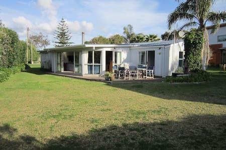 Matapouri Family Beach House - Matapouri - Haus