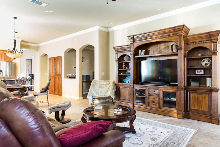 Relax in Roseville Luxury Home w/ Lovely Yard +BBQ