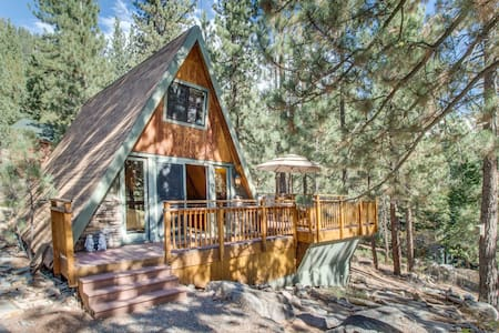 Romantic and cozy cabin near Donner Lake set among the towering pines!