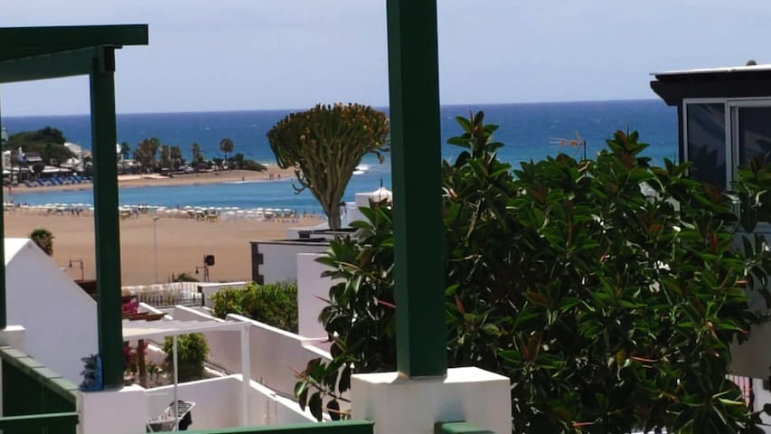 Top floor Flat with sunny balcony near the beach
