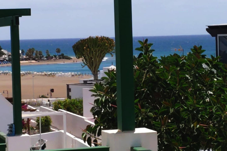 Vista desde el balcón del apartamento, de la famosa Playa de los Pocillos, Puerto del Carmen. 2 minutos a pie.