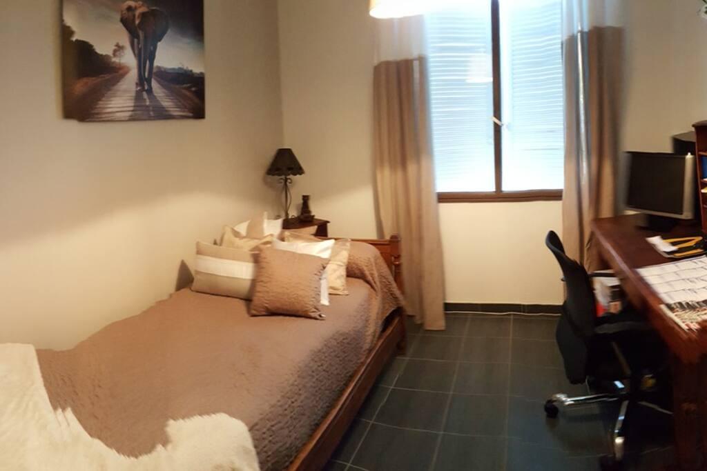 chambre lit simple possibilité d'ajouter un petit lit de camps ou lit parapluie
