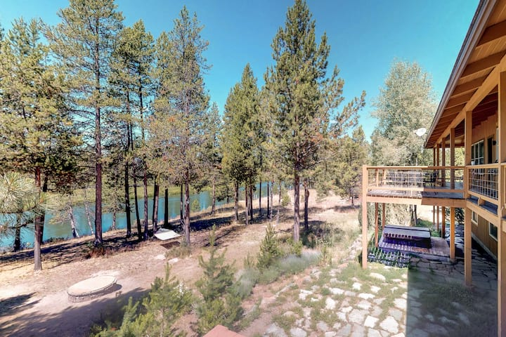 Sleeps 32, Riverfront, HotTub, PoolTable, DiscGolf