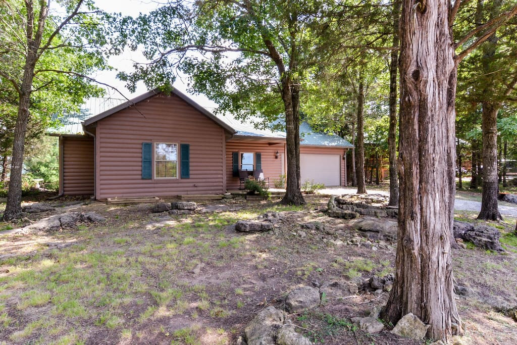 Log cabin on table rock lake houses for rent in for Hollister house