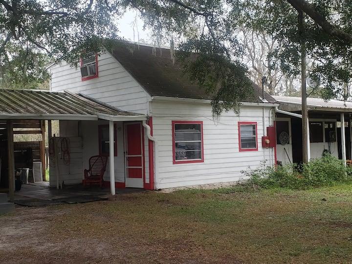 *2 story apartment on small horse farm. NW Ocala.