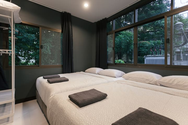 Two queen size bed in the bedroom.
