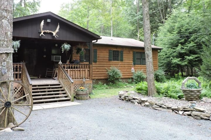 Cabin by stream, hot tub and King bed