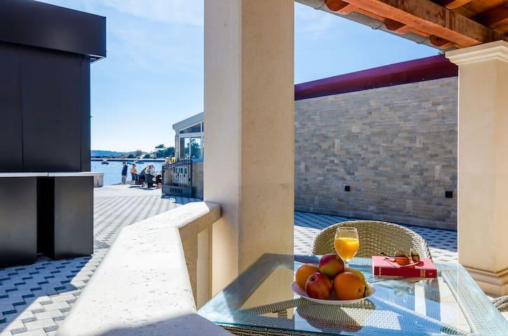 Comfort One Bedroom Ap. @ the beach & free parking