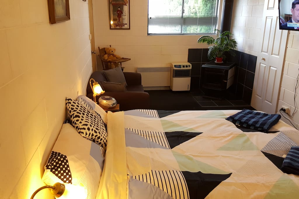 Comfy Queen bed and Couch. Flat Screen TV.. Free WiFi, heating, cooling