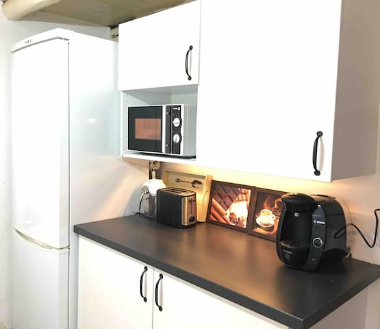 Cocina con electrodomésticos. Incluidos exprimidor, tostadora, batidora, microondas, plancha y cafetera Tasssimo.