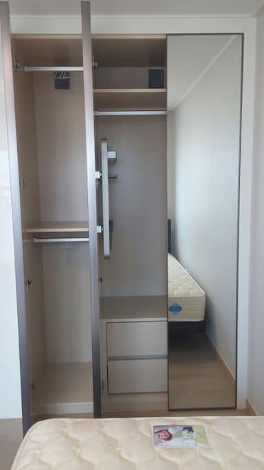침실내부 옷장