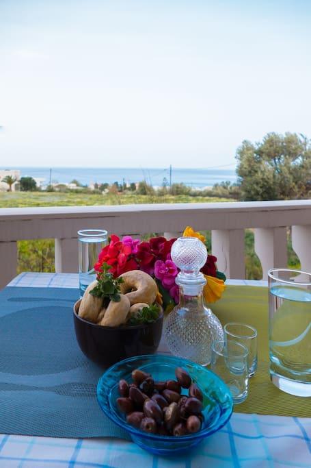 Κρητική φιλοξενία με θέα θάλασσα