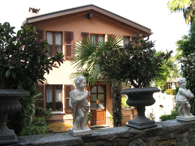 Tranquilla casetta nel borgo - Collina d'Oro - Hus