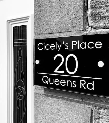 Cicely's Place - Holiday Apartment by the Beach