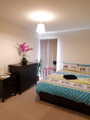 Modern 2 bed flat close to Tower Bridge