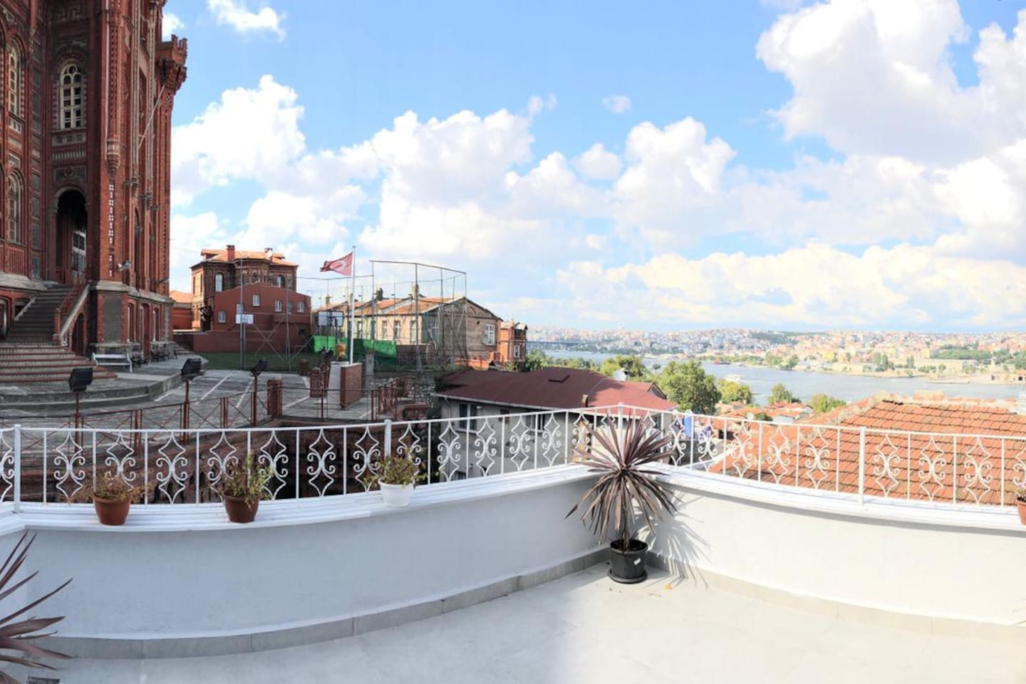 20 square meters terrace and view of Orthodox School and Holgen Horn