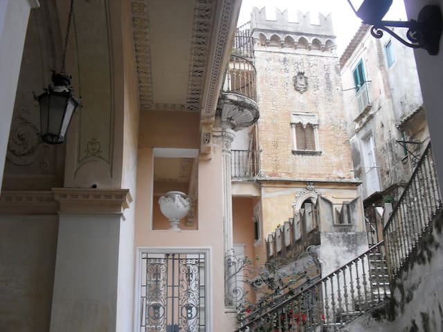 Maruska: terrace, in palazzo 1700, 5min walk beach - Tropea - Apartment