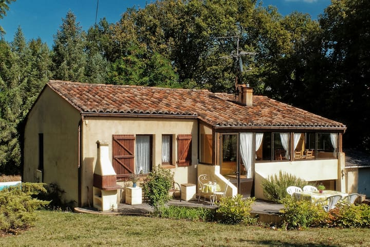 Holiday home in the Lot, with large garden and private swimming pool in a beautiful area.