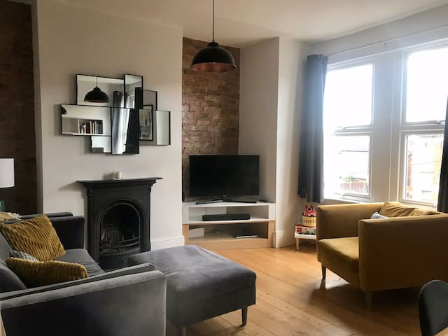 Bright, Stylish 2 bed 2 bath flat in Hither Green