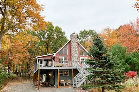 Lake View Chalet Steps from Beach, Newly Renovated