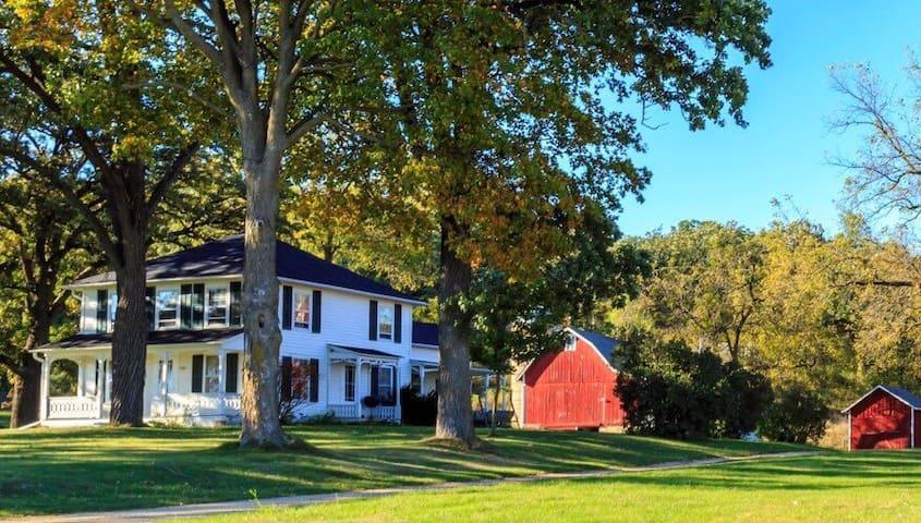 The J.S. Donald Farm. A 25 Acre Farmhouse Retreat