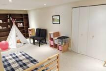 Salle familiale avec un lit simple