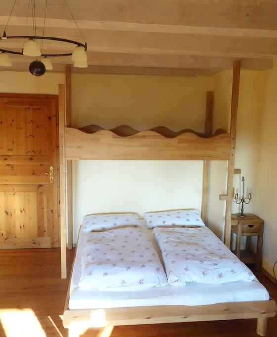 Doppelbett mit Hochbett (ohne Leiter, nur Sprossen!)
