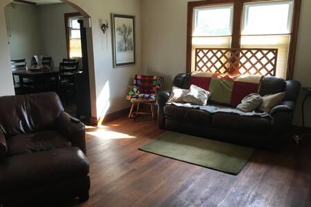 Simple basement full sized bed - Temple Hills - Ház