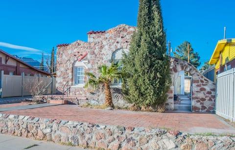 Central El Paso Unit #2 Red Door Studio w Mtn View
