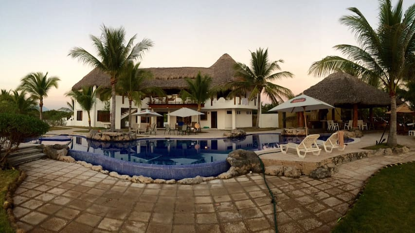 Beautiful Ocean Front Beach House - Monterrico - 一軒家