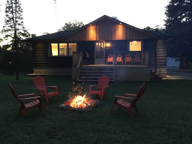 The cozy Talbot Dam cottage with hot tub
