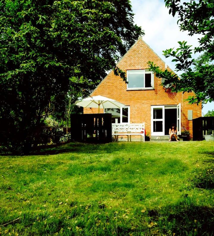 Lyst & rummeligt Samsø-sommerhus i Brundby