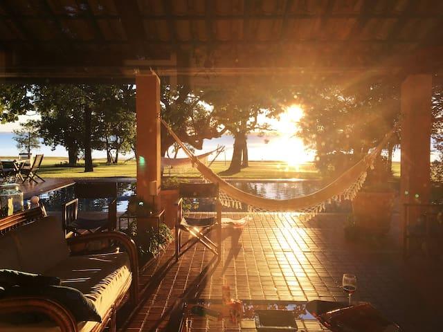 A Casa com Por do Sol na Represa Jurumirim