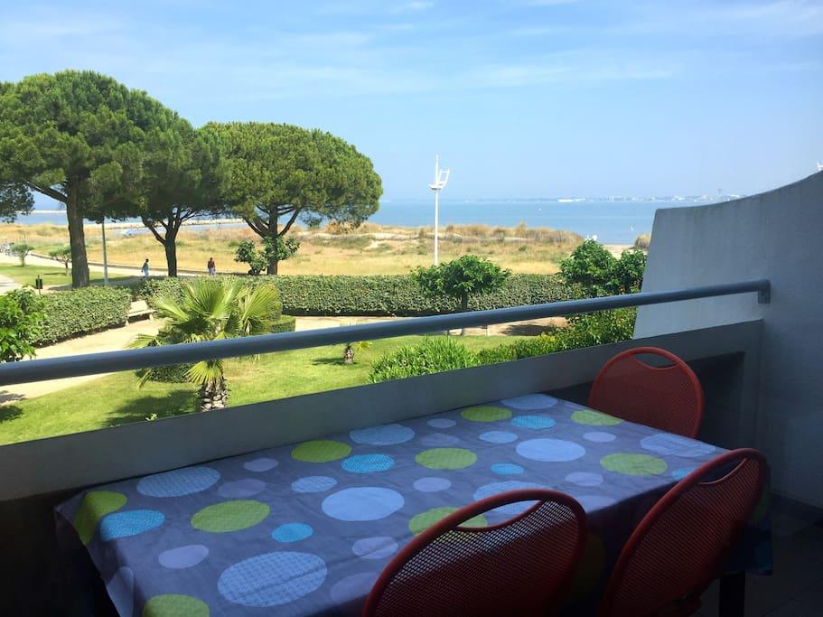 Terrasse-balcon vue mer orientation Ouest. Vous pourrez profiter pleinement de la vue exceptionnelle et prendre vos pdj et repas...