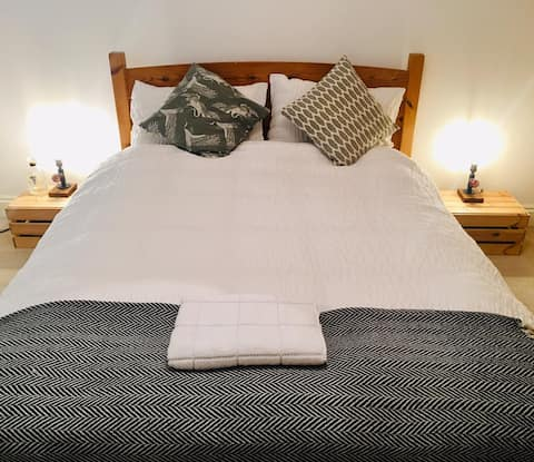 Large bed by Regents Canal, central and relaxing