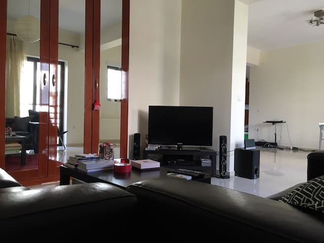 Spacious and bright apt near airoport and metro - Chalandri - Apartment