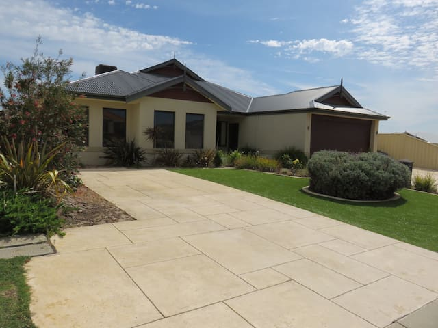 1 or 2 double bedrooms Madora bay