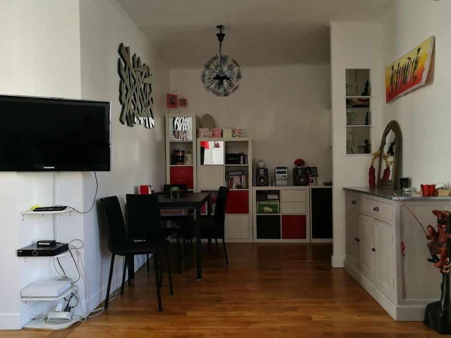 Salon/ espace repas avec table et 4 chaises