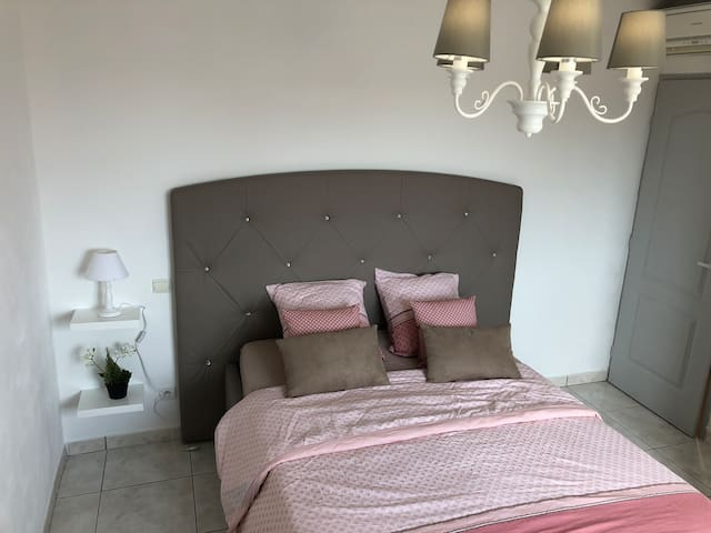 3 eme chambre avec placard ,possible de mettre le lit bébé ou lit pliant ou matelas gonflable deux places   Lit coffre