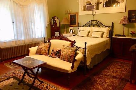 #1 Victoria Room