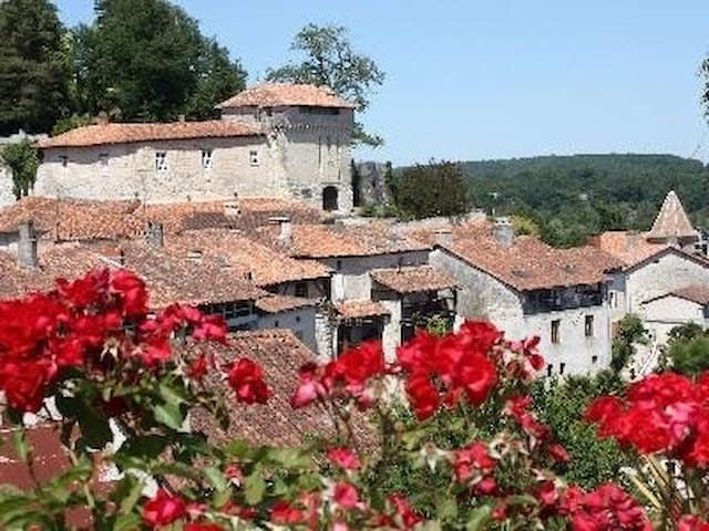 1 bed cottage in historic village of Aubeterre - Aubeterre-sur-Dronne - Hus