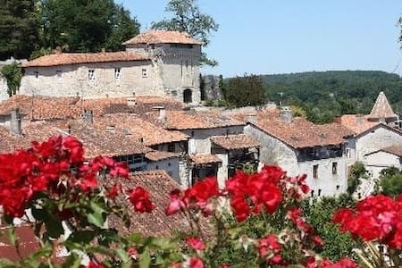 Walking distance to all amenities - Aubeterre-sur-Dronne